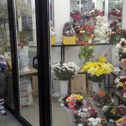 Салон цветов рядом с пешеходной зоной в солнечном 6